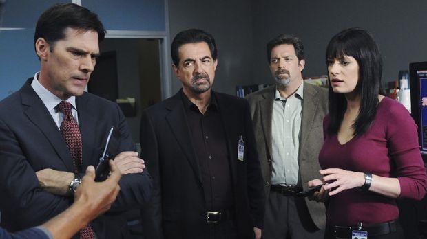Detective John Fordham (Jonathan Goldstein, 2.v.r.), Gibbs (Thomas Gibson, l....