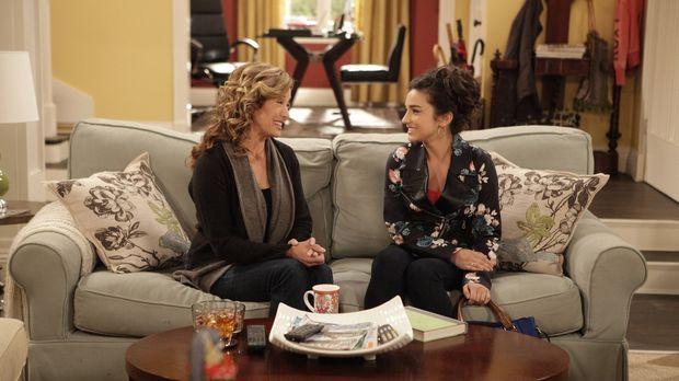 Vanessa (Nancy Travis, l.) schlägt ihrer Tochter Mandy (Molly Ephraim, r.) vo...
