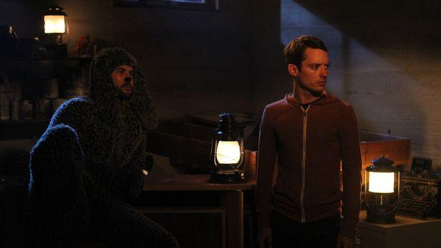 Ryan (Elijah Wood, r.) erzählt Wilfred (Jason Gann, l.) von seinem Plan mit A...