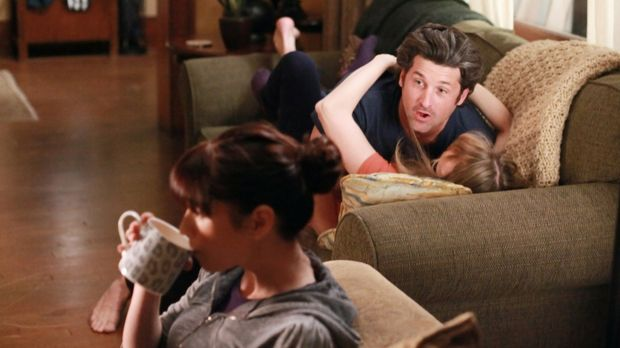 Damit Derek (Patrick Dempsey, M.) und Meredith (Ellen Pompeo, r.) endlich mal...