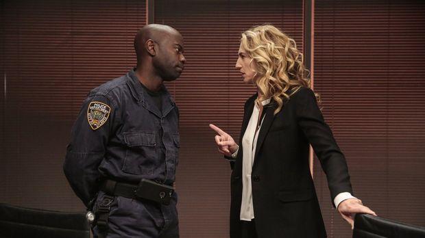 Lex (David Gyasi, l.) stellt Sabine (Claudia Black, r.) zur Rede nachdem er e...