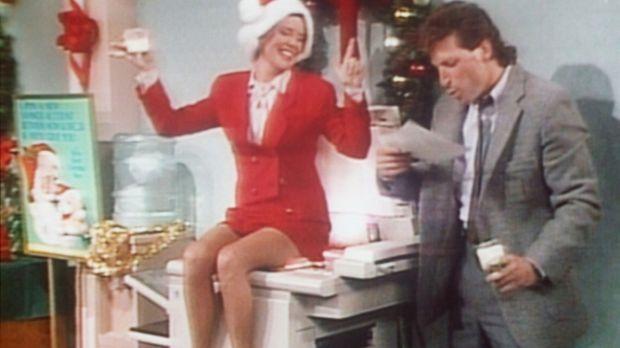 Marcy (Amanda Bearse, l.) ist auf der Weihnachtsfeier ihrer Firma so betrunke...