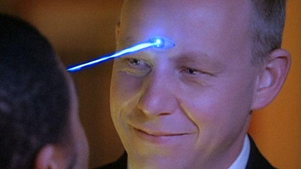 Gavin (Brad Greenquist, r.), ein böser Dämon aus der Zukunft, ist in die Gege...