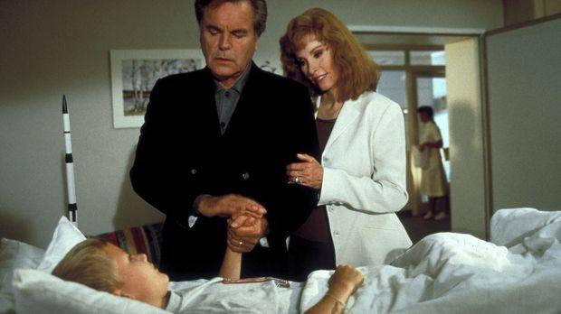 Jennifer (Stefanie Powers, r.) und ihr Mann Jonathan (Robert Wagner, M.) besu...