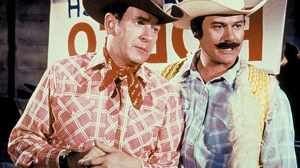 Tony (Larry Hagman, r.) und Roger (Bill Daily, l.) besuchen inkognito ein Rod...