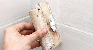 Wenn Sie Ihre Fliesen reparieren, beenden Sie Ihre Arbeit durch das Schließen...