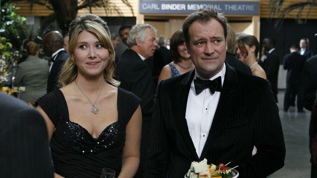 McKay (David Hewlett, r.) und Dr. Keller (Jewel Staite, l.) besuchen einen wi...