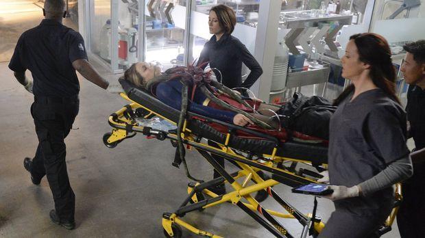 Als Kara (Melissa Benoist, M.) in ein Koma fällt, das wohl von einem außerird...