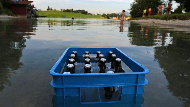 Ein gefüllter Bierkasten steht im Wasser