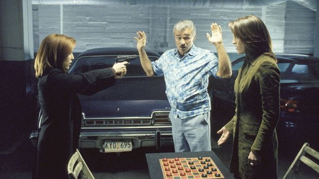In der Tiegarage weist Burt (Burt Reynolds, M.) die FBI-Agenten, Scully (Gill...