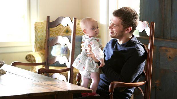 Klaus (Joseph Morgan) genießt die Zeit mit seiner Tochter. Wird die unbeschwe...