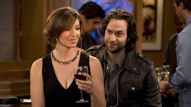 Erfreut darüber, dass sich seine Schwester Leslie (Bianca Kajlich, l.) einen...