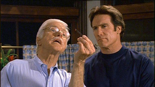 Mark (Dick Van Dyke, l.) zeigt Steve (Barry Van Dyke, r.) eine Kontaktlinse,...
