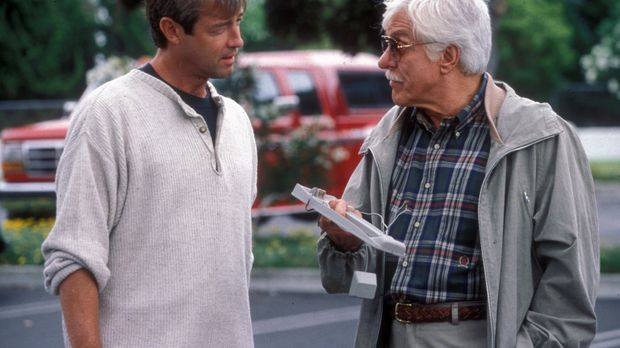 Dr. Mark Sloan (Dick Van Dyke, r.) hat Hinweise darauf, dass Richter David Mc...