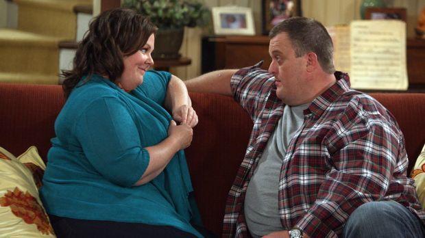 Mike & Molly - Mike (Billy Gardell, r.) ist ganz hingerissen von Molly (Melis...