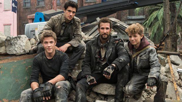 Der Kampf ums Überleben geht weiter: Tom (Noah Wyle, 2.v.r.), Hal (Drew Roy,...