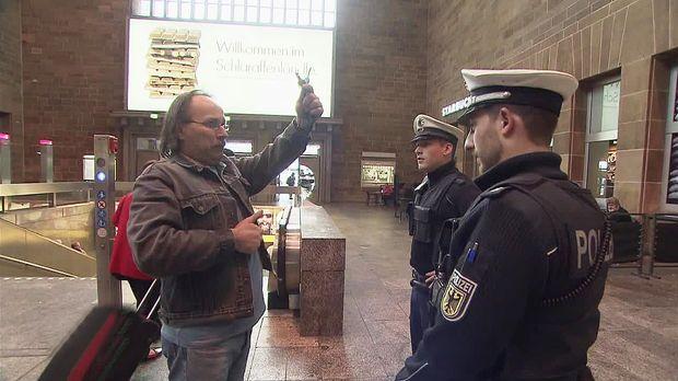Achtung Kontrolle - Dienstag: Polizei Plaudert Mit Fußballfan